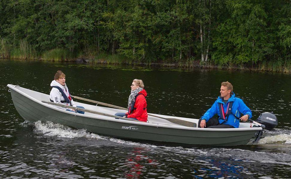 Suvi 48 kelo kölillinen soutuvene, joka on kevyt soutaa mutta toimii hyvin moottorilla