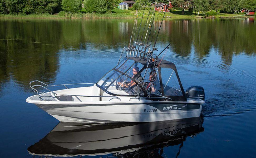 Kalastajille suunniteltu tuplapulpetillinen uistelu ja kalastusvene Suvi 57 Duo Fisher