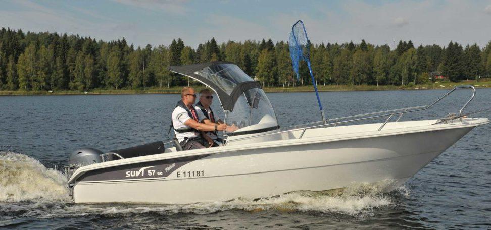 Leveällä keskipulpetilla varustettu Suvi 57 CC Fisher soveltuu, mökkeilyyn, kalastukseen ja yhteysveneeksi kovaan keliin