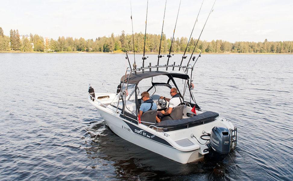 Kalastajille suunniteltu kuomulla katettava uistelu/kalastusvene Suvi 57 Duo Fisher